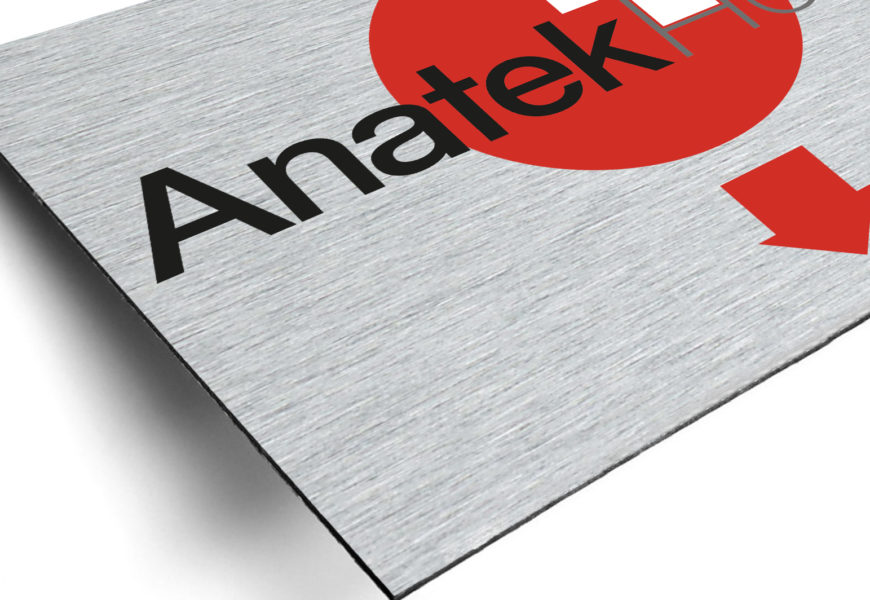 Anatek Health – Targhe in dibond con pvc adesivo prespaziato